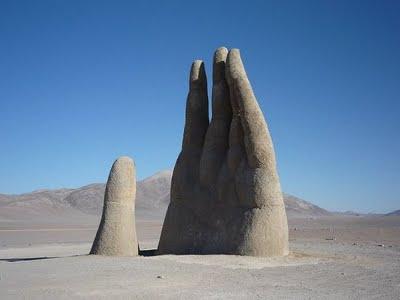 Escultura de Mario Irarrázabal en el desierto de Atacama, (1992)